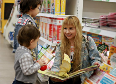 woman working with children with books